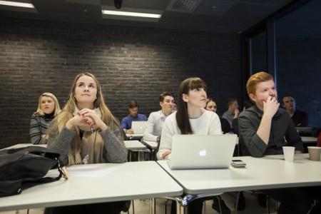 Studentkonferansene i UH-nett Vest er unike. Her møtes engasjerte studenter for å dele erfaringer, diskutere ulike problemstillinger og samarbeide på tvers av institusjoner.
