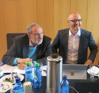 Universitetsdirektør John Møst (UiS) og Høgskoledirektør Tage Båtsvik (HSH) ga tommel opp for TPS-piloten.